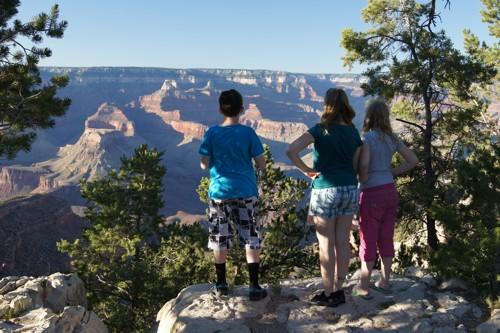 Kees, Jolanda en Ilse bewonderen de Grand Canyon