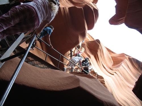 En trap op de canyon uit