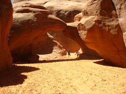 Onder de Sand Dune Arch