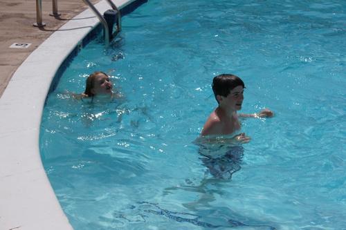 Lekker afkoelen in het zwembad.