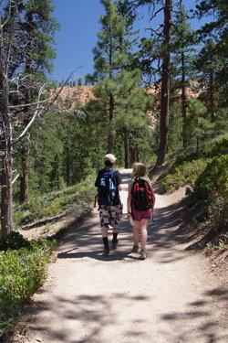 Kees en Ilse lopen samen door Bryce Canyon