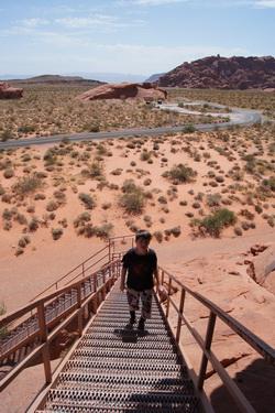 Kees beklimt de trap bij Atlatl Rock