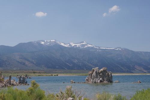 Tufa's in Mono Lake met op de achtergrond de bergen