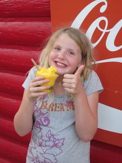 Ilse heeft mango-ijs gevonden in het supermarktje naast ons hotel