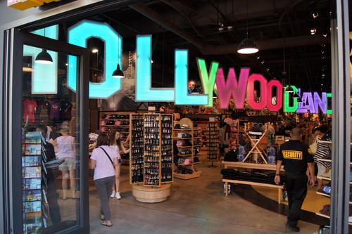 Souvenirwinkel waarin de originele tekst van de beroemde letters te zien is: Hollywoodland