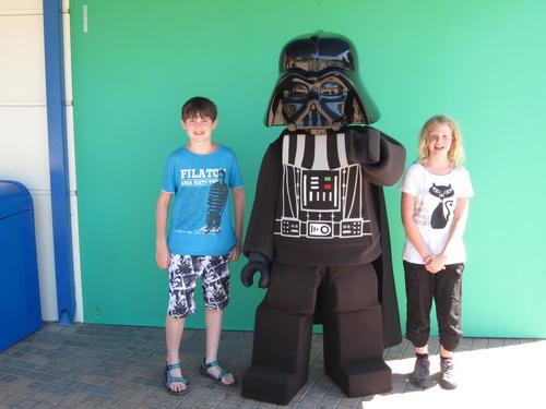 Kees en Ilse op de foto met Lord Vader