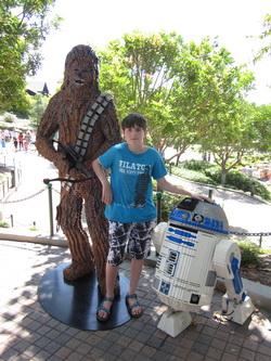Kees op de foto met Chewbacca en R2D2