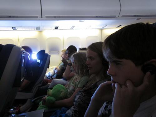 Tijdens de vlucht richtte onze aandacht zich op de schermpjes voor ons